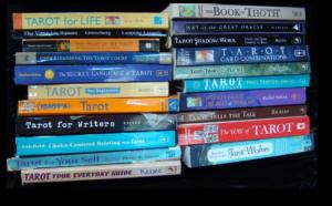 Stapels tarotboeken