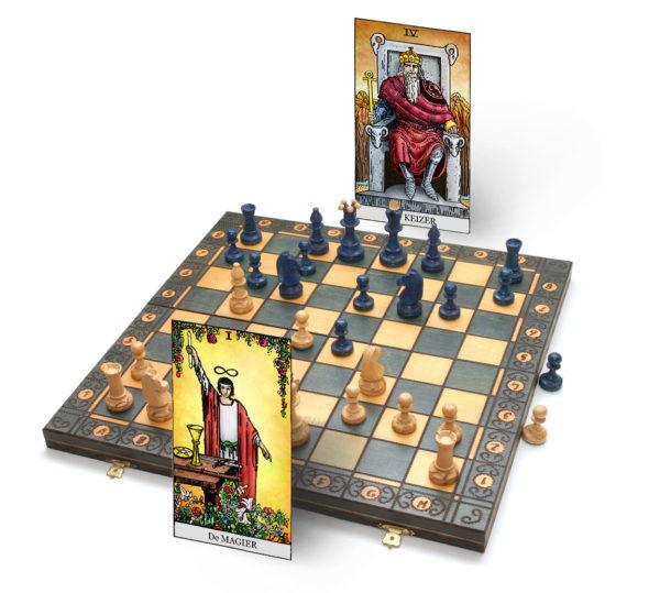 tarot magier en tarot keizer zijn samen aan het schaken